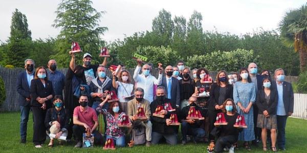 Grups participants i autoritats amb els trofeus.